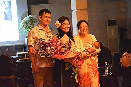 Pic 1 Minh Ngoc va ông bà Nguyễn Tiến Trung